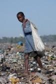 8944694-maputo-mozambique--le-14-mai-2004--un-enfant-pauvre-dans-la-capitale-de-la-decharge-de-maputo-au-moz